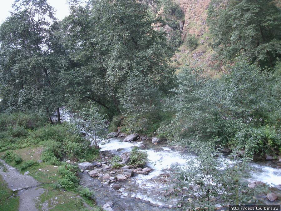Эта река спускается с озера Госаикунла