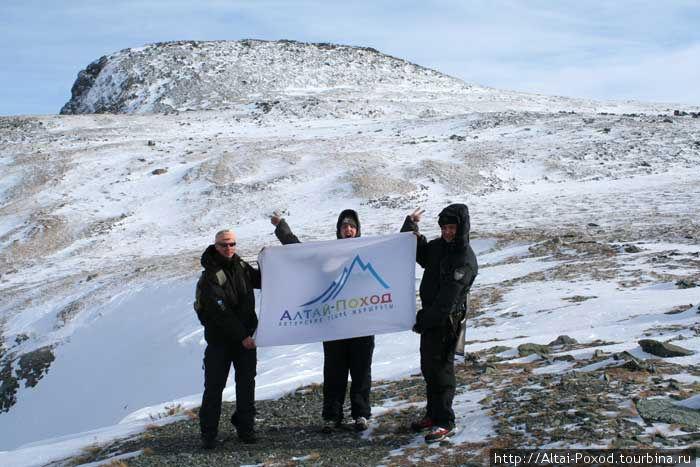 На перевале Багаташ в сильный ветер с трудом развернули наш флаг.