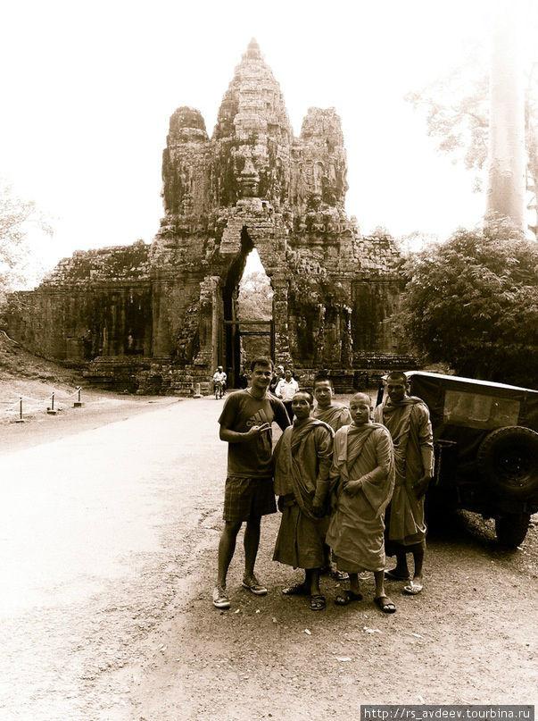 Руслан нашёл машину времени и сфотографировался с монахами в 1718 году
