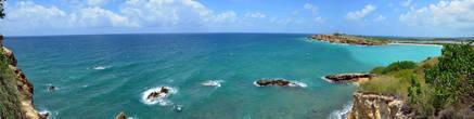 Панорама Кабо Рохо (Cabo Rojo), это самая юго-западная точка острова Пуэрто-Рико и, наверное, самое понравившееся мне место из увиденных. Справа — заливчик, прекрасное место для плавания, ближе к центру — мыс с маяком, а дальше — только море и небо...