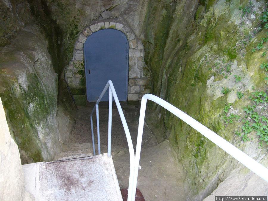 Входная дверь в галерею, ведущую к колодцу Тик-Кую