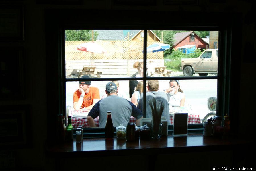 Вид изнутри. Коллеги-туристы с аппетитом поглощают провиант и обсуждают планы.