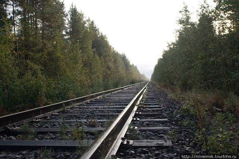 От Лоухов в сторону Пяозерского идёт ветка железной дороги, но пассажирского сообщения на ней нет.