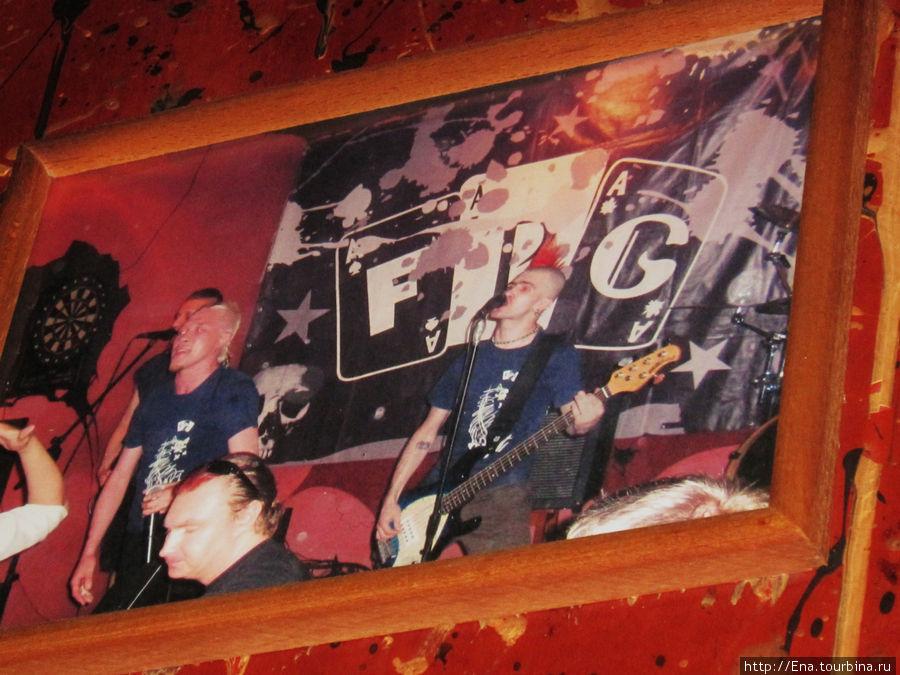 По стенам рок-бара