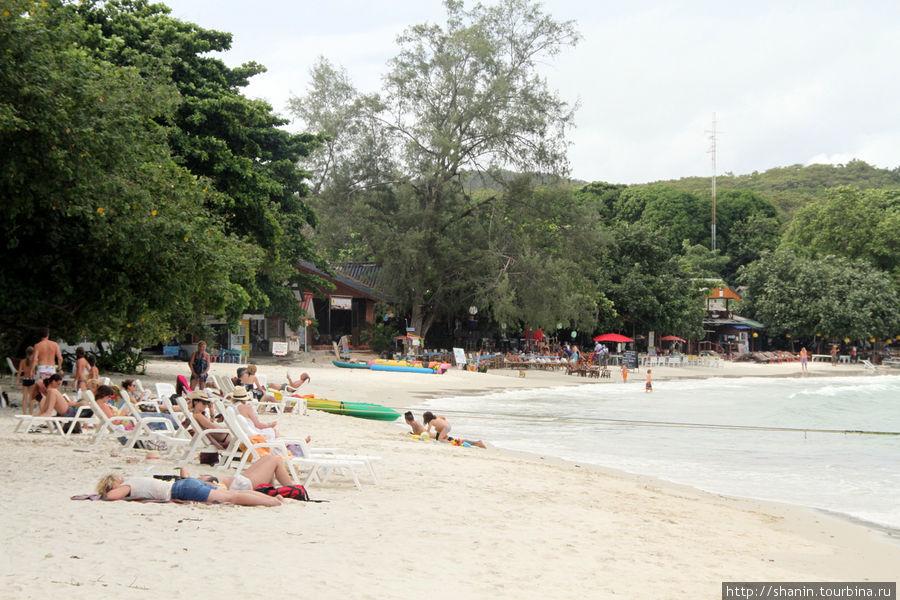 Пляж в сезон дождей — народу очень мало, но есть