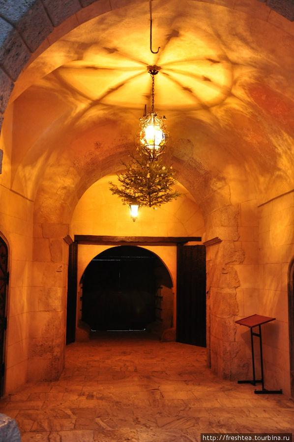 У входа в замок.