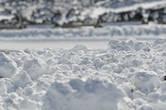 снег. он не похож на наш. он почему то по структуре напоминает.... крахмал.