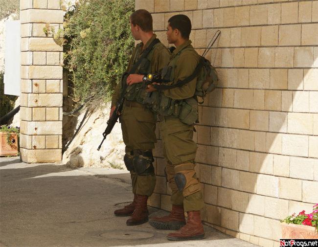 О границе напоминают и представители израильской армии