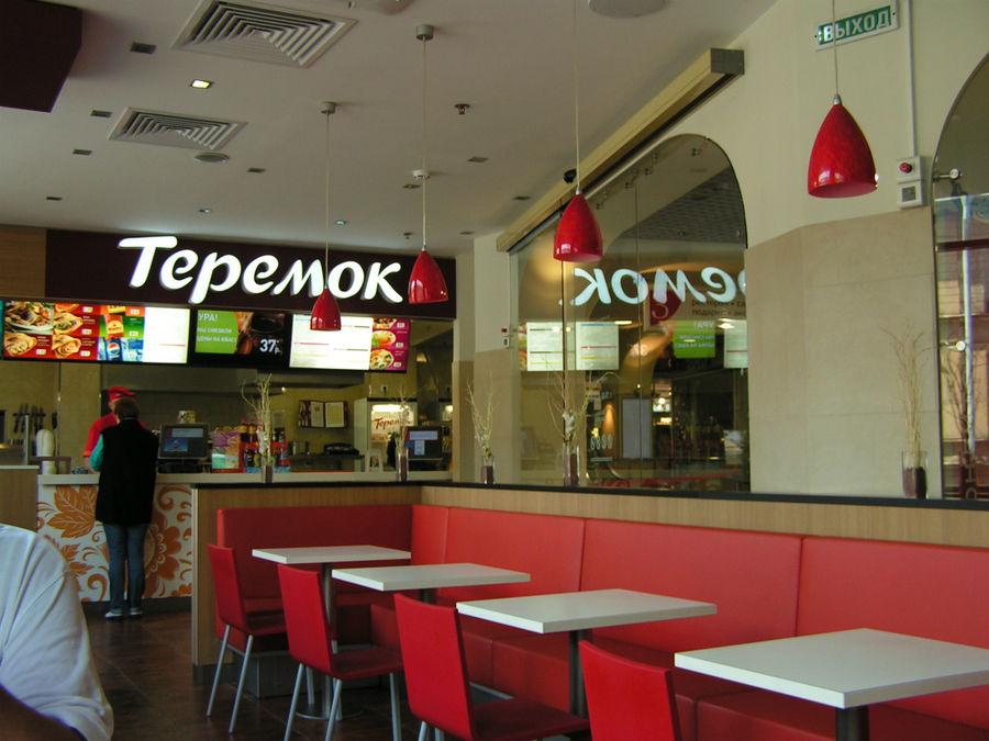 Теремок на Звенигородской. За этим прилавком продают еду, соки.. Посетителей пока мало, мы пришли к открытию..