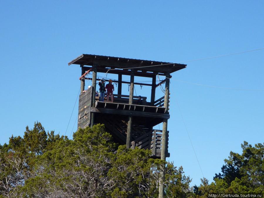 С этой башни совершают прыжки по канату.