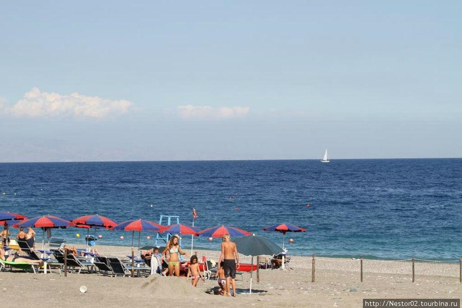 Летояни. Пляж отеля. Зонты и лежаки бесплатно.