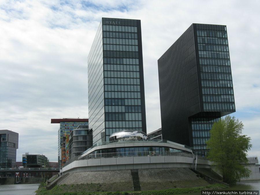 Издалека кажется, что это здания-близнецы, однако нет, они довольно сильно различаются по форме