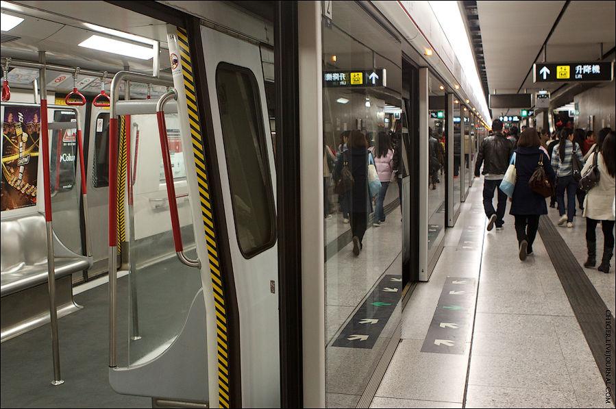 Можно садиться в вагон. Почти на всех станциях в центре доступ к самим путям ограничен стеклянной стенкой и расползающимися дверями, которые открываются только по прибытии поезда