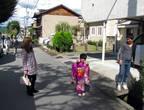 к фестивалю родители нарядили дочь в национальную одежду и даже сами предложили ее сфотографировать, завидев интерес иностранца, то есть меня...