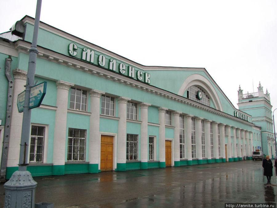 Со стороны перрона. Сюда прибывают поезда со стороны Москвы.