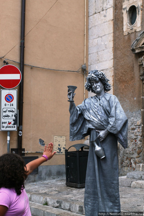 Живая статуя. Девушка испугалась, когда та предложила выпить — приняла ее за настоящую.