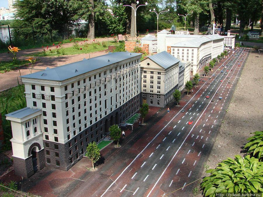 Крещатик, фрагмент, на переднем плане  —  здание Киевсовета и Киевской городской государственной администрации