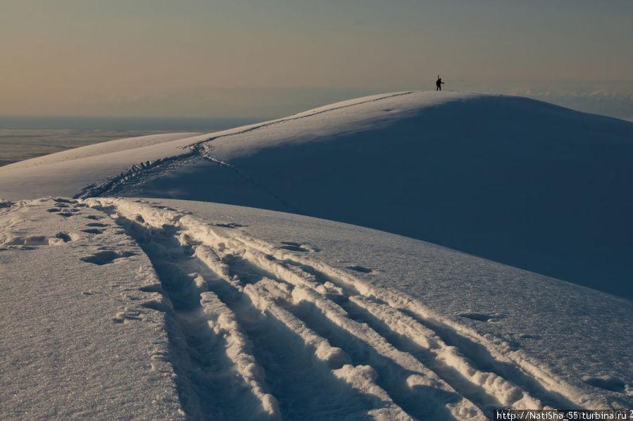 Впереди Валерий Николаевич... а мы медленно вскарабкиваемся за ним в предвкушении спуска...