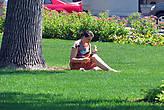 Частенько трава парка и место для отдыха, и для перекуса