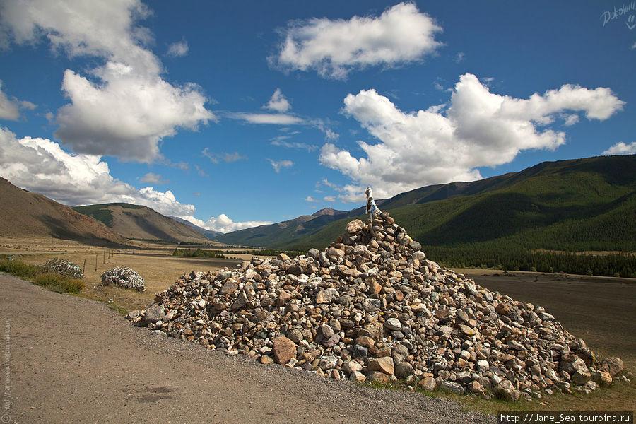 Очень знаменитое место на Алтае. Каменное обоо между Курайской и Чуйской степями.
