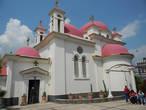 Все это обширное хозяйство содержит единственный монах, брат Иринарх из греческой Македонии.Мы спросили у него, почему у церкви красные купола, а не синие — ведь строением она точь в точь напоминает греческие церкви( как например, на Санторини). Монах ответил странно :