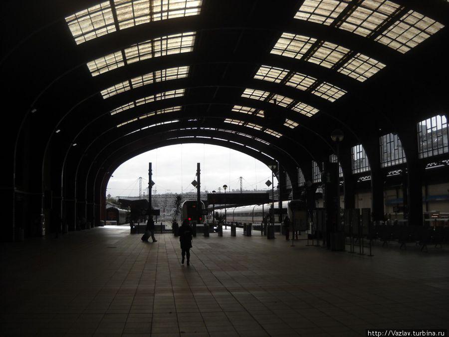 Вид из зала ожидания на платформы