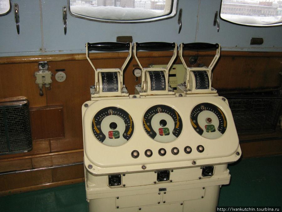 Машинный телеграф. Три винта, три турбины могли управляться раздельно.