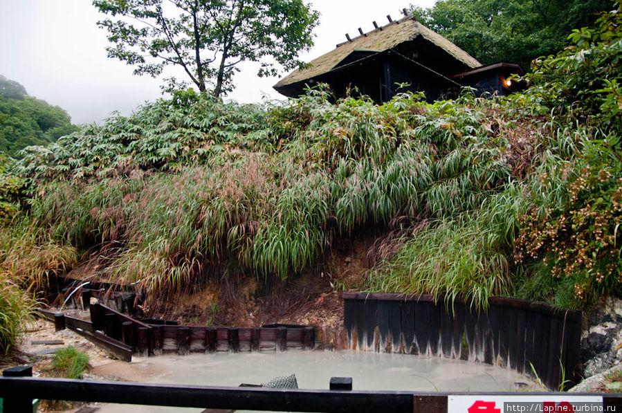 Внизу картинки — не река, а один из выходов кипящей серной воды на поверхность.