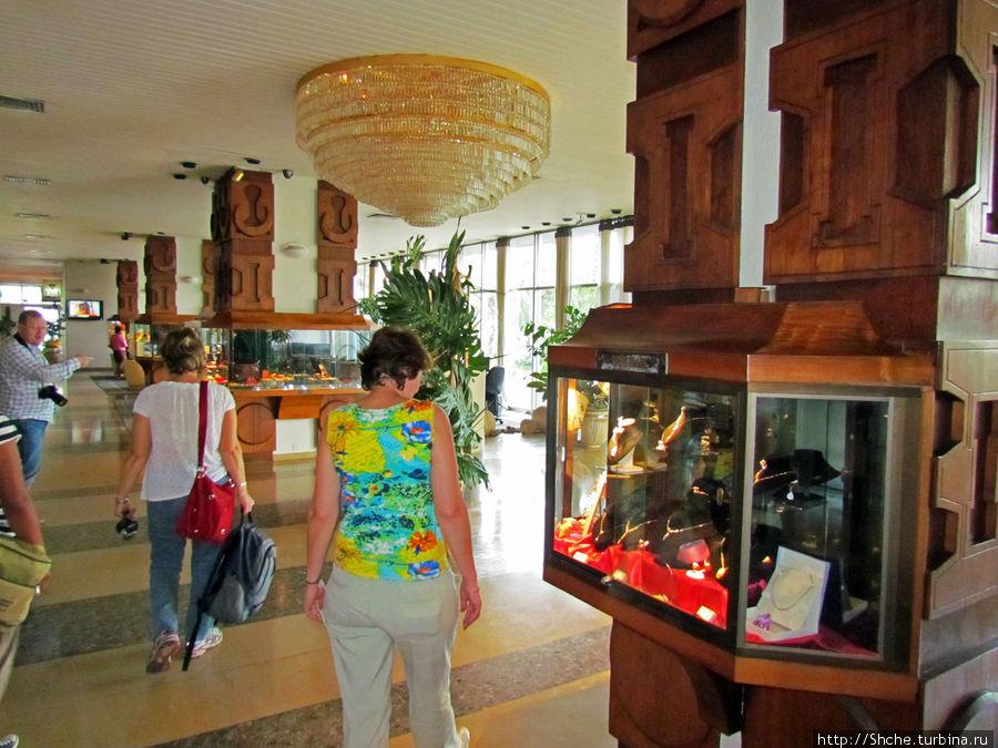 в холле, как обычно в фешенебельных местах, продажа дорогих безделушек