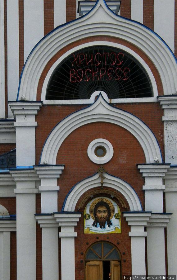 Надпись над дверьми храма —