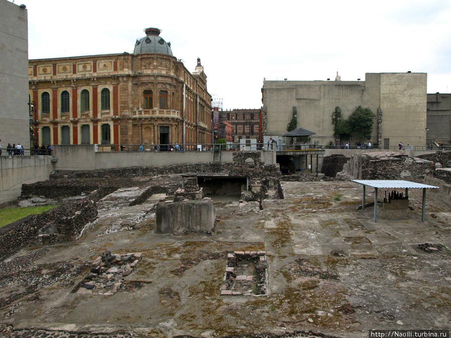 Здания располагаются прямо над руинами
