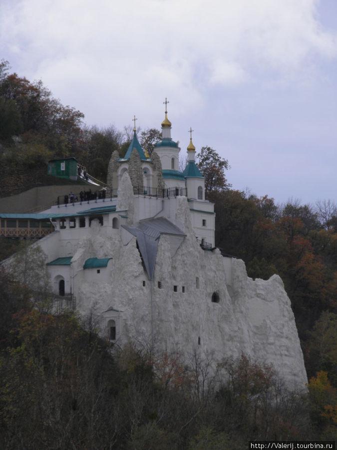 Свято-Николаевский храм на меловой горе. Под Храмом находятся пещеры, где первоначально и прятались первые монахи