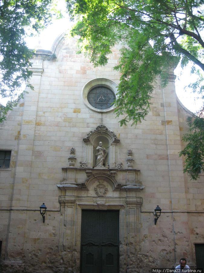 Любимая церковь Гауди. Именно по дороге к ней он и попал под трамвай. Пострадала во время бомбардировок города...