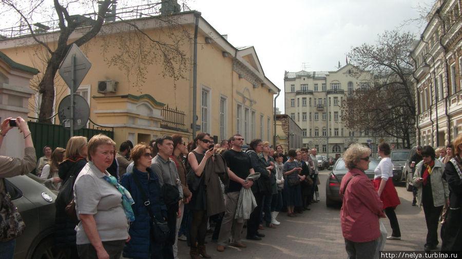 Вот такое количество туристов было на этой экскурсии. На фото все не умещаются. Не пугайтесь: громкоговоритель и вообще всё организовано грамотно