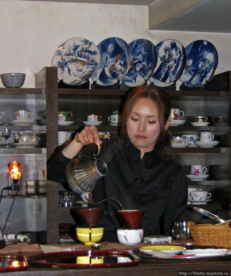 Очаровательная официантка разливает чай