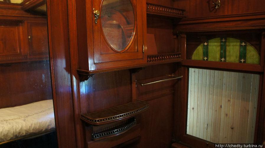 Спаленка и примыкающая к ней комнатка, явно дамский вариант