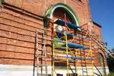 Идет реставрация икон на стенах храма