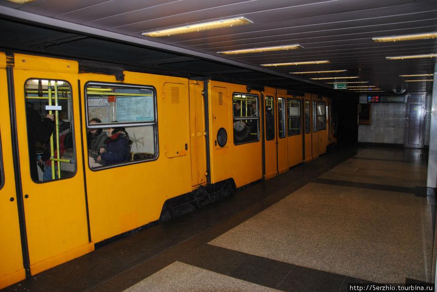 Поезд приехал на станцию на жёлтой линии №1