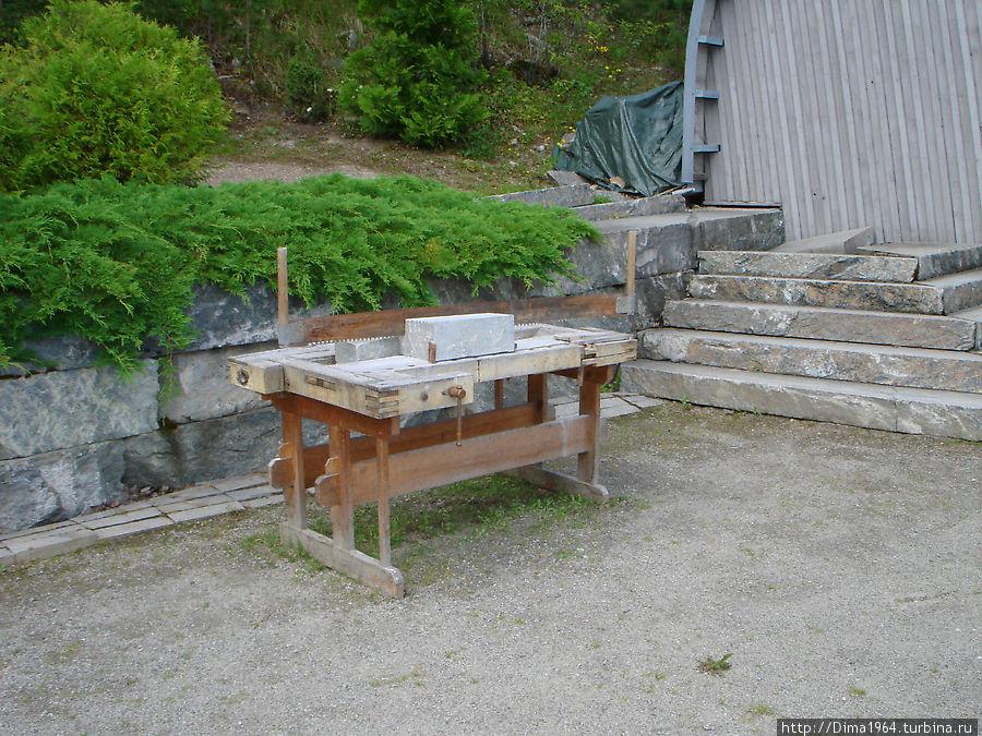 На этом станке желающие при помощи обычной двурочной пилы могут распилить горшечный камень.