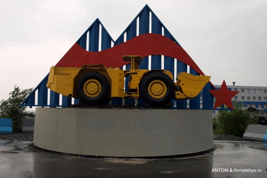 Памятник бульдозеру у входа на рудник. Талнах, Россия