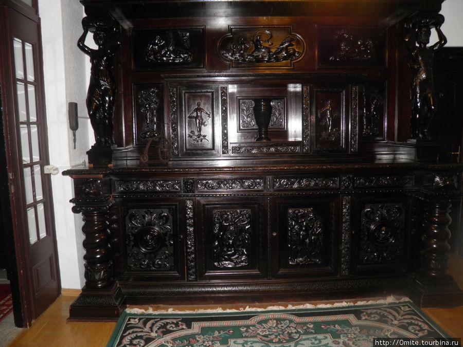 Старинный шкаф в вестибюле.