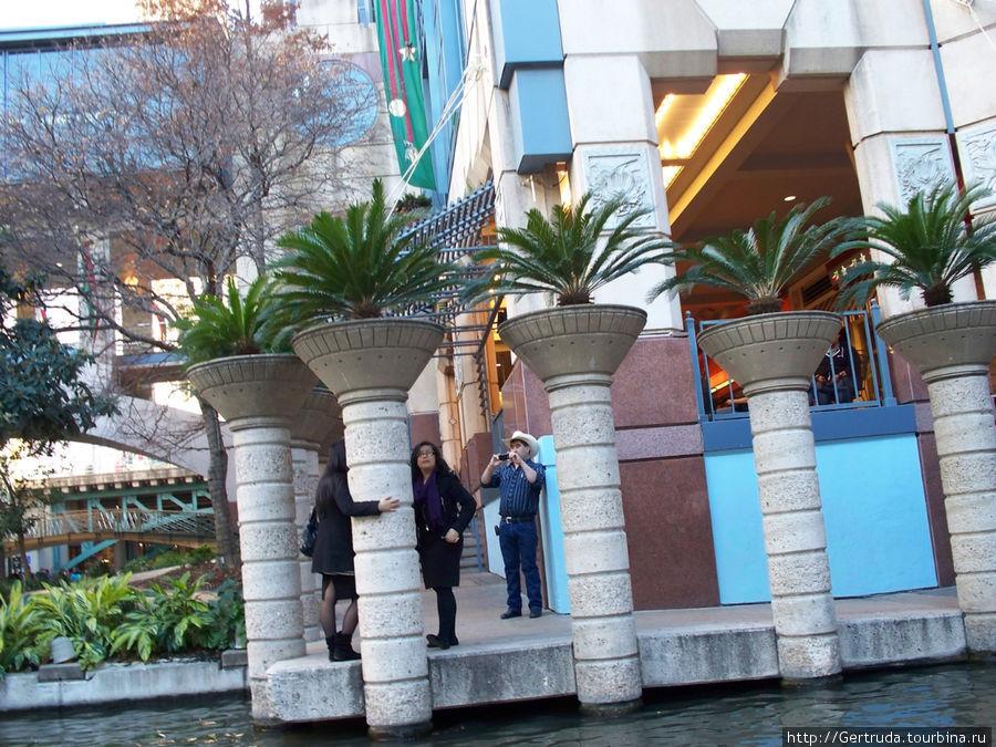У набережной — Riverwalk