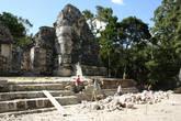 Мы попали в интересный момент: бригада местных майянских рабочих вела реставрацию.