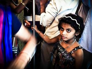 Девочка в метро.