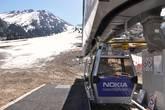 К полудню в апреле каждая 2-я кабинка подъемника уходит вверх уже пустой — туристов пока немного, а лыжный сезон на исходе.