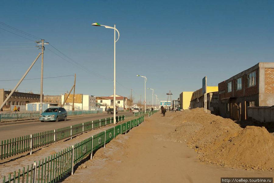 Стандартный вид на проезжаю часть и тропу для пешеходов Алтай, Монголия