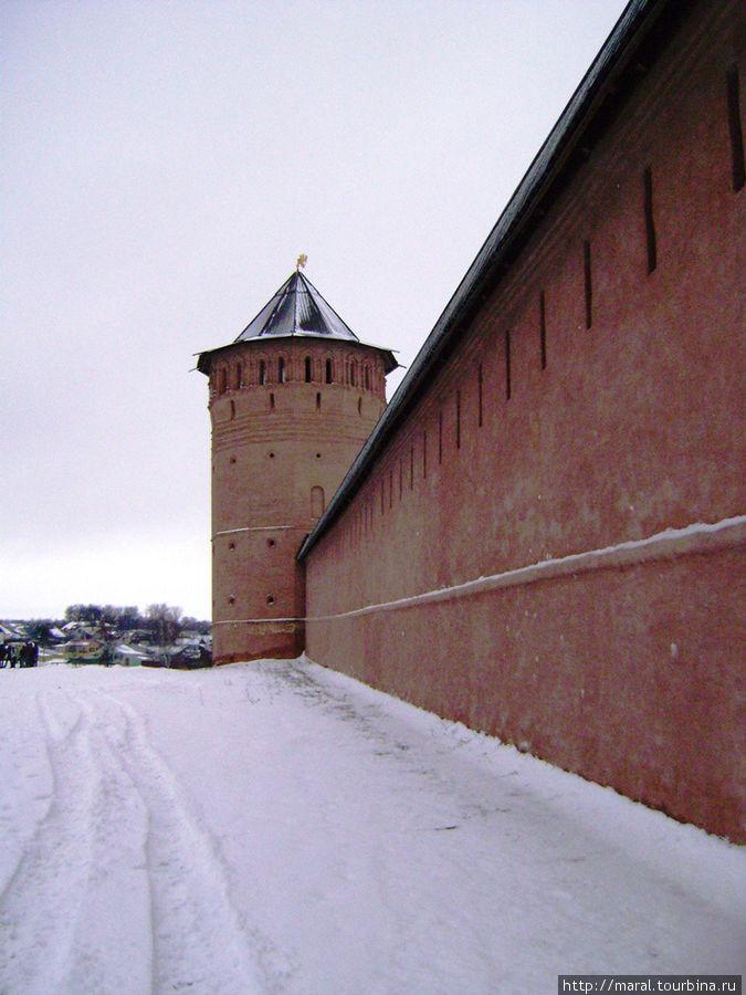 Спасо-Евфимиев мужской монастырь — мощная крепость с высокими стенами и двенадцатью башнями