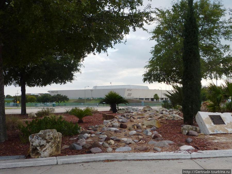 А это перед входом, на площади устроен мемориальный небольшой садкамней — память жертв 11.09.2001 года