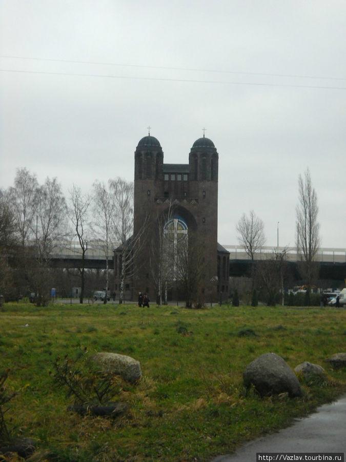 Вид на собор с пустыря