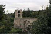 А вот и мост! По крайней мере мы его видим, сейчас найдем выход на него. Интересный факт: половина моста была разрушена во вторую мировую войну. Но министерство культуры решило, что его нужно восстановить. Надо сказать, потрудились они на славу — мост восстановлен в своем изначальном виде. Об этом говорит табличка на средней башне моста.
